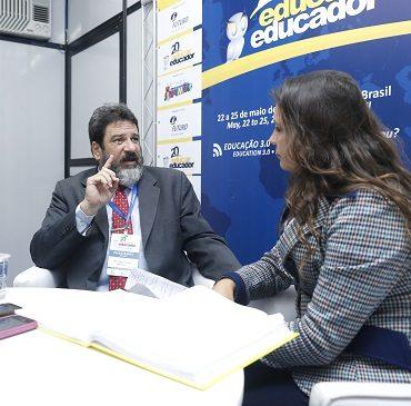 Foto de Cortella sendo entrevistado pela jornalista Brisa Teixeira