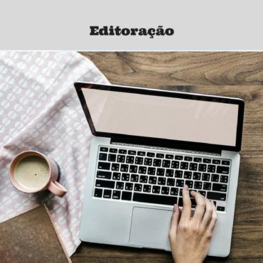 Foto de um laptop aberto. Ao lado esquerdo uma xícara de café.