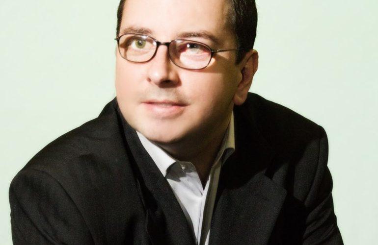 Foto de Gabriel, autor do livro.