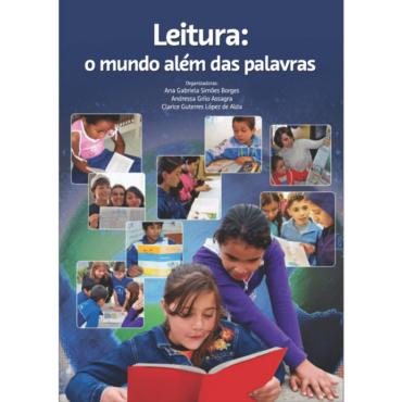 Livro Leitura: o mundo além das palavras. Livro tem fundo azul com fotos sobrepostas de alunos usando o jornal em sala de aula.