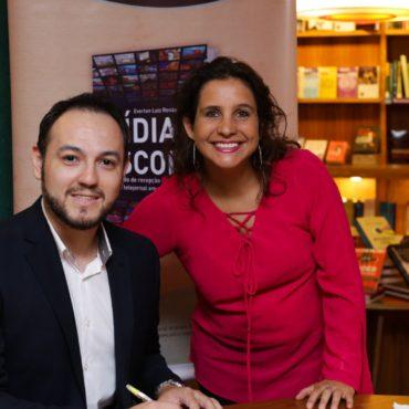 Foto do Professor Everton com a Jornalista Brisa, durante lançamento do livro Mídia e Escola.
