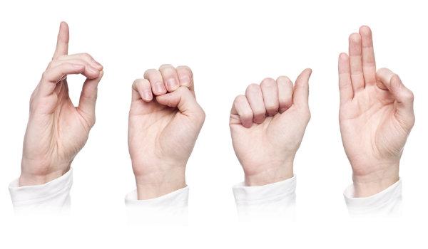 Mãos sinalizam LIBRAS