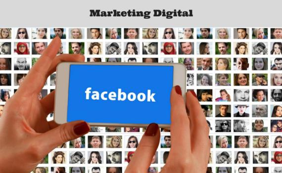 Foto de mãos segurando um celular com fundo azul escrito ao centro facebook. Ao fundo imagens desfocadas de avatares de pessoas.