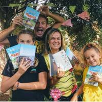 """Foto de Jean Sigel e sua família segurando o livro """"O Melhor da Vida Simples e de Graça"""""""