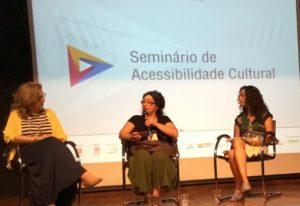 Seminário de Acessibilidade Cultural. Em semi círculo Lívia Motta, Marcia Caspary e Liliana Tavares.