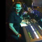 Audiodescrição será feita por Raquel Carissimi. Na foto ela está na cabine de Audiodescrição, sorrindo para a foto