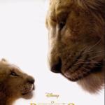 Audiodescrição: Pôster colorido do filme Rei Leão. o jovem Simba olha para o pai, Mufasa. Os dois de perfil.