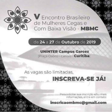 Banner do V Encontro, no canto superior esquerdo a logo (Flor em preto e branco com as pétalas em formato de olhos). No centro o texto: V ENCONTRO NACIONAL DE MULHERES CEGAS E COM BAIXA VISÃO – MBMC. De 24 a 27 de Outubro de 2019 Local: Uninter Campus Garcez (Praça Osório – Centro). Fonte cor preta, de fundo com pouca opacidade o Museu Oscar Niemeyer conhecido como Museu do Olho devido a semelhança arquitetonica com o formato de um olho. No canto superior direito e inferior esquerdo está disposto a logo (cor branca e fundo preto) do MBMC, como uma estampa (padrão de repetição). Fim da descrição.