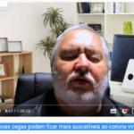 deficiência visual - AD Imagem (print de tela) da página do Professor Francisco Lima, no Youtube. Francisco tem o rosto redondo, cabelos barba e bigodes brancos. Atrás dele estantes e do lado direito a parte de trás de uma tela de notebook.