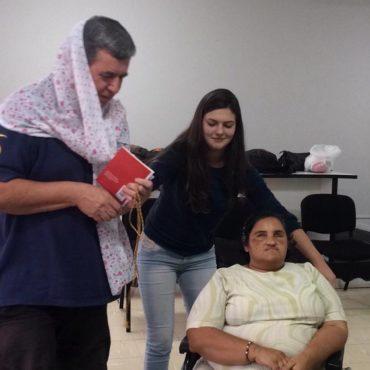 Teatralizando Foto colorida com três pessoas, dois alunos e a professora Juliana, em uma aula de teatro.